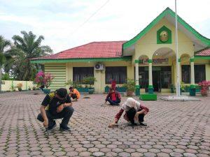 Jumat Bersih di Pengadilan Agama Tanjungbalai, Para ASN dan Honorer Gotong Royong Bersihkan Lingkungan Kantor